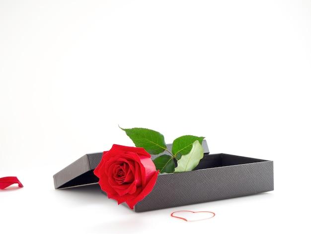 Rote rosen mit geschenkbox am valentinstag