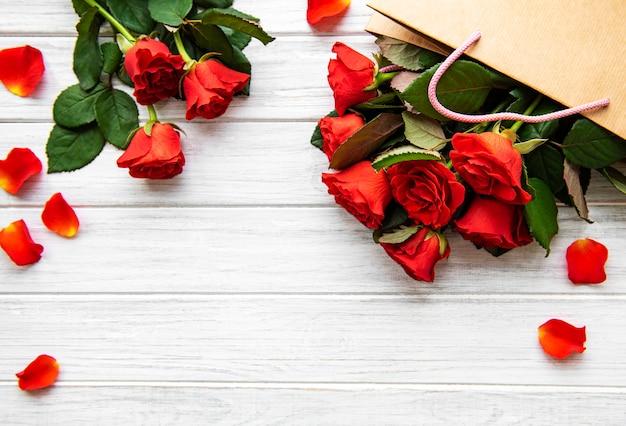 Rote rosen und blütenblätter