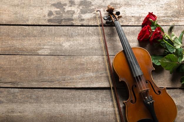 Rote rosen und ein violinenhintergrund