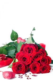 Rote rosen und geschenkbox