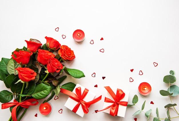 Rote rosen und geschenkboxen