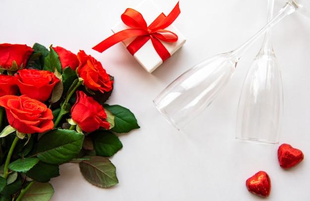 Rote rosen und gläser