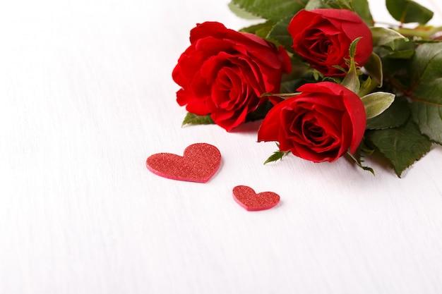 Rote rosen und herzen