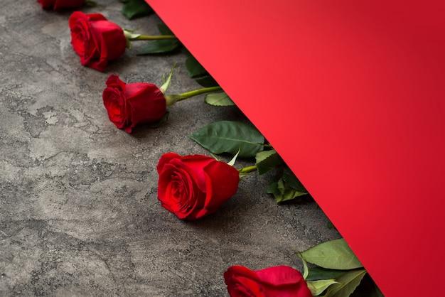 Rote rosen und rotes papier