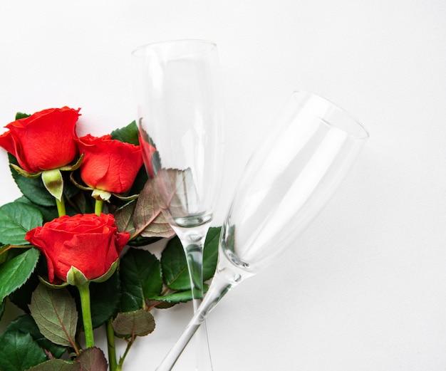 Rote rosen und zwei gläser