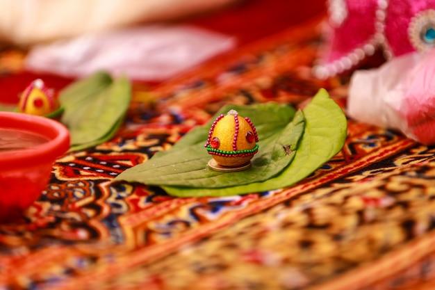 Rote rosenblätter in der indischen hochzeitszeremonie