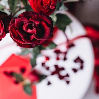 Rote rosenzweig auf tabelle