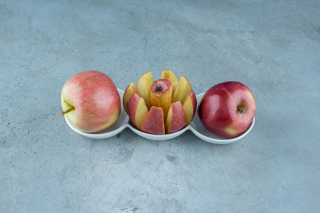 Rote saftige äpfel getrennt auf.