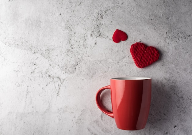 Rote schale mit herzen, valentinstagkonzept