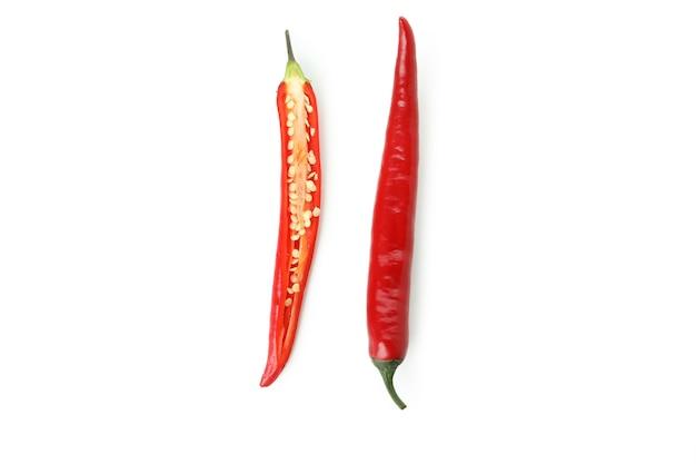 Rote scharfe chilischotenhälften isoliert auf weiß