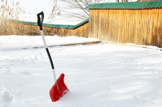 Rote schaufel zur schneeräumung