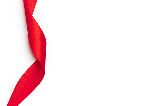 Rote schleife auf weißem hintergrund