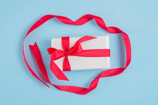 Rote schleife um geschenk