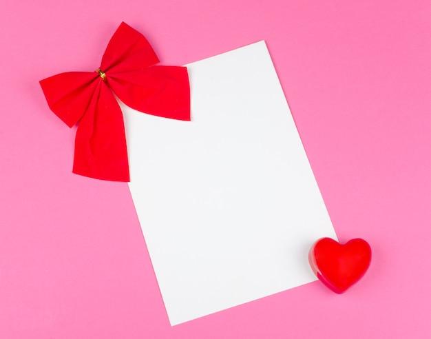 Rote schleife und eine weiße karte