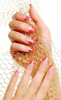 Rote schöne fingernägel.
