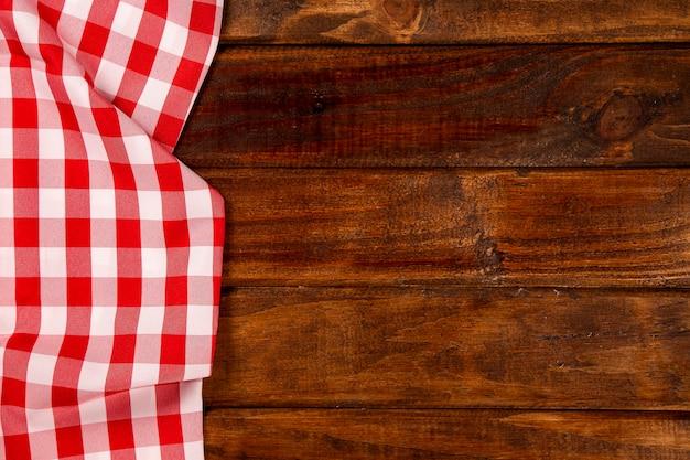 Rote serviette auf dem holztisch. draufsicht.