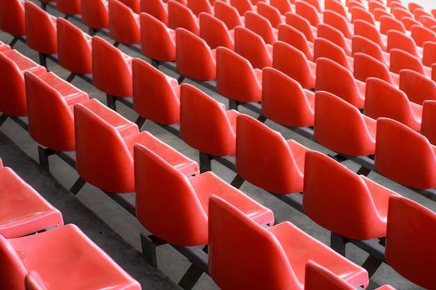 Rote sitze im stadion. leerer sitz des fußballstadions.