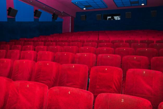 Rote sitze in der großen halle