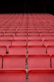 Rote sitzreihe im stadion