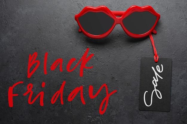 Rote sonnenbrille. schwarzer freitag - rote handschriftliche inschrift