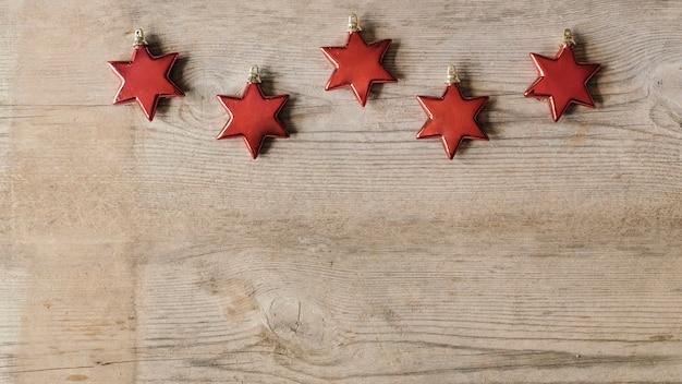 Rote sterne ornamente für weihnachten mit kopienraum auf der unterseite