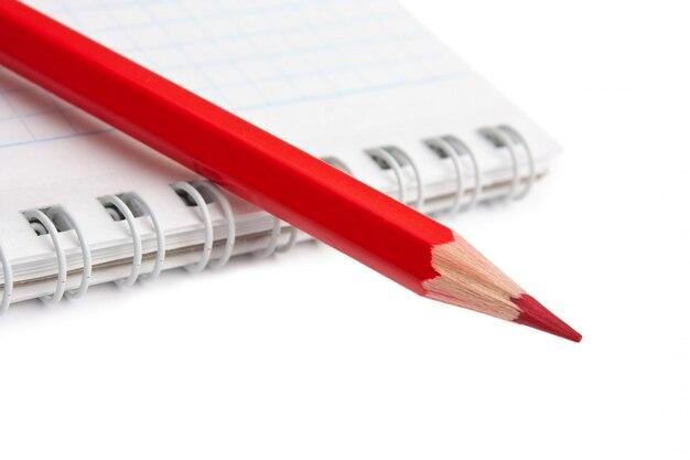 Rote stifte und notizbuch isoliert