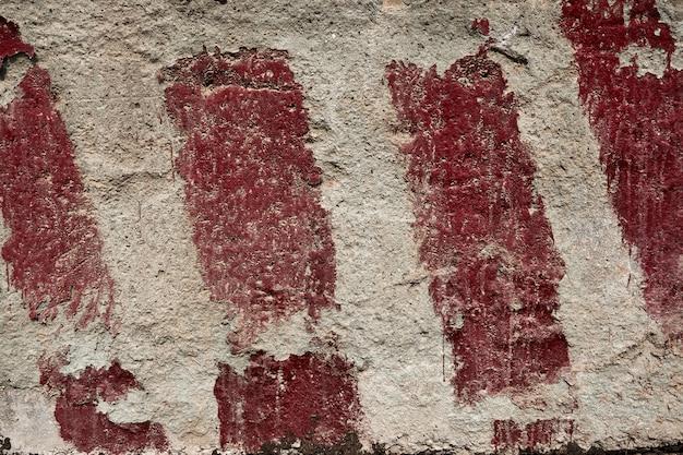 Rote streifen auf dem beton als warnung und als hinweis auf die größe und grenzen als hintergrund oder textur