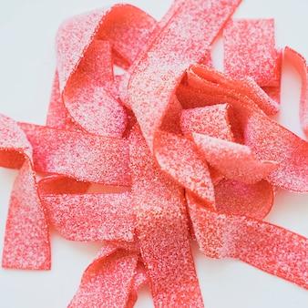 Rote süßigkeiten mit zucker bedeckt