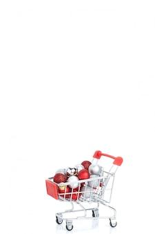 Rote supermarktlaufkatze mit kugeln weihnachten