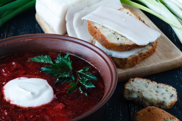 Rote suppe mit rindfleisch, russischer borschtsch