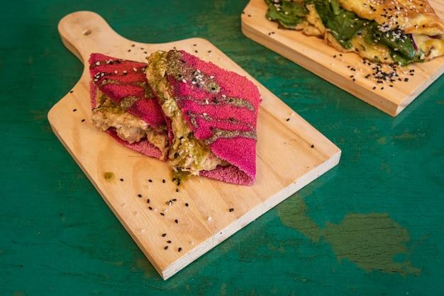 Rote tapioka mit hühnerfüllung - auf holztisch