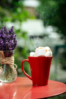 Rote tasse heiße schokolade mit gerösteten marshmallows