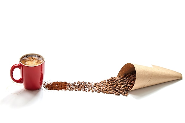 Rote tasse kaffee, papiertüte mit kaffeebohnen, zerdrückten bohnen, gemahlener kaffee auf weißem hintergrund