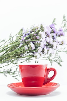 Rote tasse kaffee und statische blume