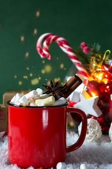Rote tasse scharfes weihnachtsgetränk und neujahrsdekorationen.