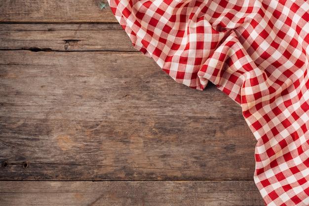 Rote tischdecke auf altem hölzernem hintergrund