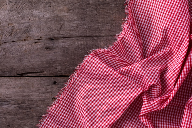 Rote tischdecke auf hölzernen hintergrund