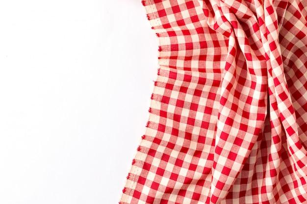 Rote tischdecke auf weißem hintergrund