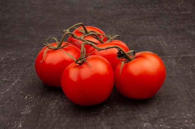 Rote tomaten auf einem grünen zweig