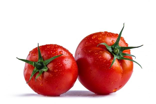 Rote tomaten auf einem weißen hintergrund. isoliert