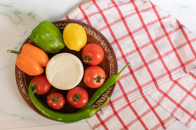 Rote tomaten, dreifarbige paprika und weißer käse