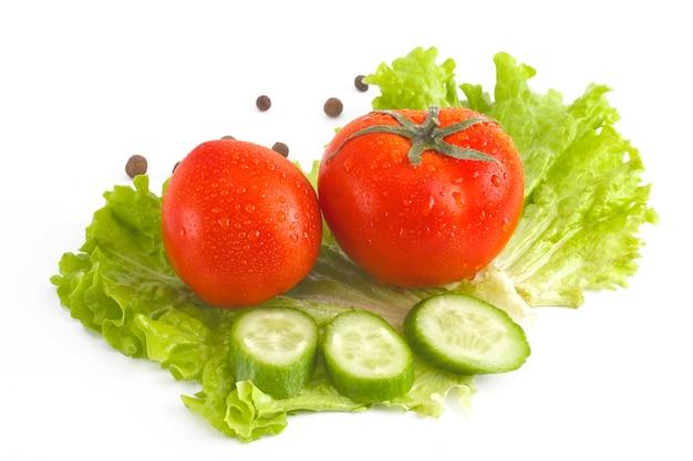 Rote tomaten, gurken und salat