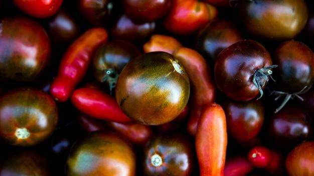 Rote tomaten hintergrund. neue organische tomatenbeschaffenheit