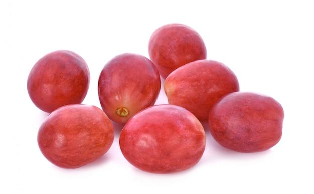 Rote trauben getrennt auf weißem hintergrund.
