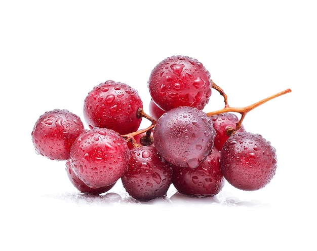 Rote trauben und wassertropfen isoliert auf weiß