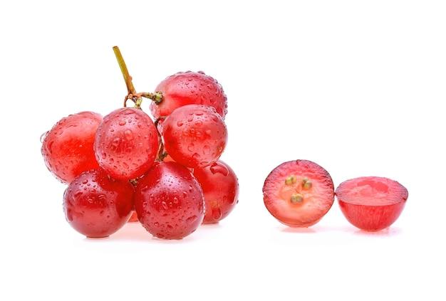 Rote trauben und wassertropfen isoliert