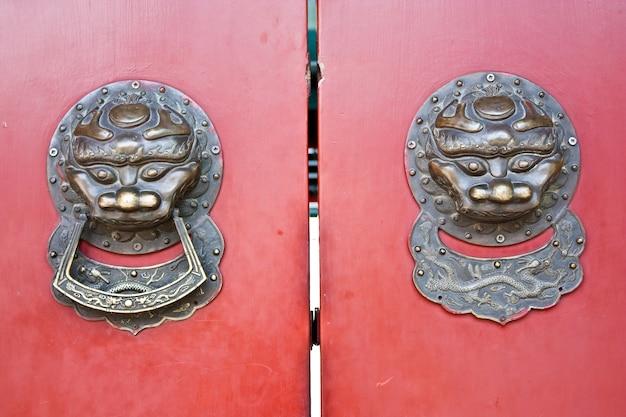 Rote tür im bereich hutong, in der nähe der verbotenen stadt, peking, china