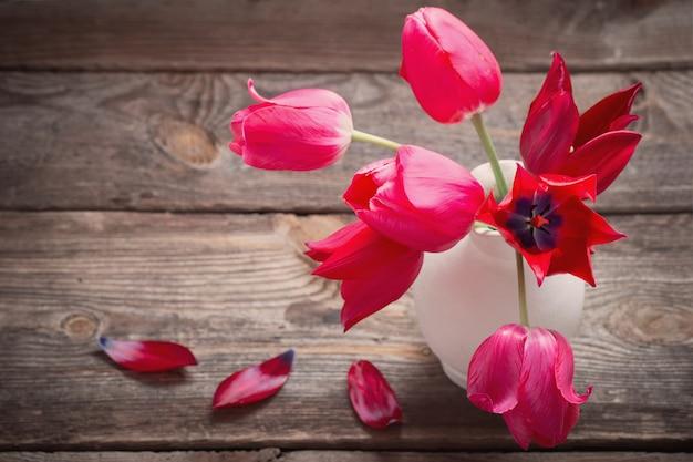Rote tulpen auf altem holz