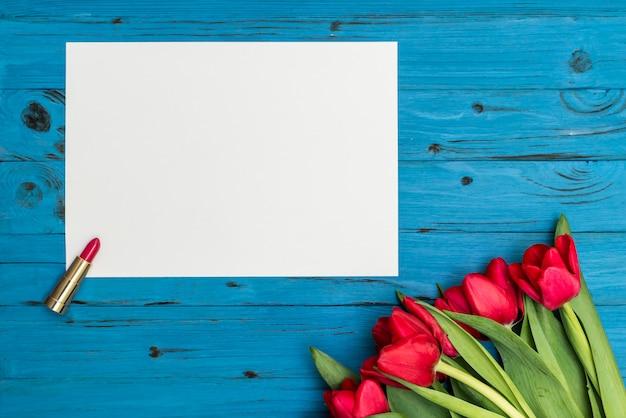 Rote tulpen auf einem blauen holzbrett