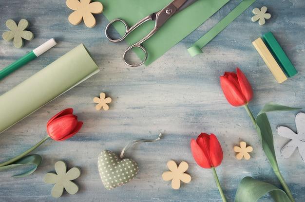 Rote tulpen, grüne und gelbe frühlingsdekorationen